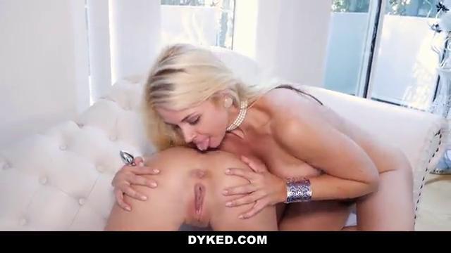 Секси самочки трахаются